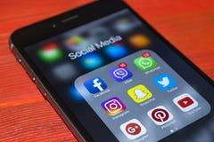 iphone 6 plus med symboler av socialt massmedia på skärmen Smartphone för Smartphone livstil Startande socialt massmedia app Arkivbilder