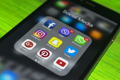iphone 7 plus met pictogrammen van sociale media op het scherm op blauwe houten lijst De levensstijlsmartphone van Smartphone Beg Royalty-vrije Stock Afbeeldingen