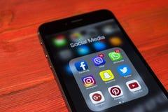 iphone 7 Plus mit Ikonen des Social Media auf Schirm auf rotem Holztisch Smartphone-Lebensstil Smartphone Beginnen des Social Med Lizenzfreie Stockfotos