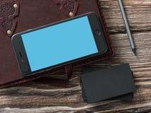 Iphone 6 plus obok czarnych kart Obrazy Royalty Free