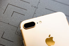 IPhone 7 plus rosa guld på grå bakgrund Royaltyfri Fotografi