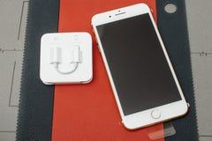 IPhone 7 plus unboxing blixt för dubbelkamera till 3 Headphone för mm 5 Arkivbild