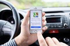 IPhone 5s和Google Maps在司机的手上 免版税库存照片