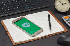 IPhone 6s被打开排行按摩器应用 线按摩器是允许您做自由话音呼号和s的通信app 免版税库存照片