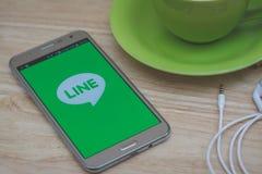 IPhone 6s被打开排行Messager应用 线按摩器是允许您做自由话音呼号和s的通信app 免版税库存图片