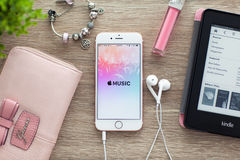IPhone6S αυξήθηκε χρυσός με app Apple τη μουσική στην οθόνη Στοκ εικόνα με δικαίωμα ελεύθερης χρήσης