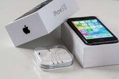 IPhone 5S με το κιβώτιο και τα ακουστικά Στοκ Εικόνες