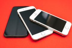 IPhone ` s της Apple δέντρων στο κόκκινο υπόβαθρο Στοκ φωτογραφία με δικαίωμα ελεύθερης χρήσης