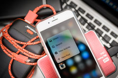 IPhone 6S Яблока помещенное на компьтер-книжке Macbook стоковая фотография