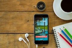 Iphone 6s abre a aplicação de Airbnb Fotografia de Stock