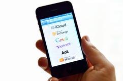 Iphone 4S avec des services de messagerie électronique sur l'écran Images stock