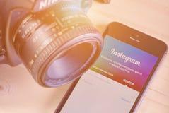 IPhone 5s avec la demande mobile d'Instagram Images libres de droits