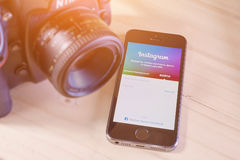 IPhone 5s avec la demande mobile d'Instagram Photo libre de droits