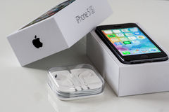 IPhone 5S with the box and headphones Stock Images