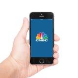 IPhone 5s con CNBC app Imagenes de archivo