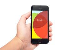 IPhone 5S con Google+ app Imagenes de archivo