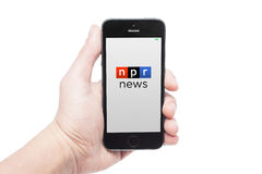 IPhone 5s con las noticias app del npr Foto de archivo libre de regalías