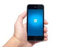 IPhone 5S con LinkedIn app Imagen de archivo libre de regalías