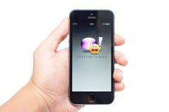 IPhone 5S con Yahoo Messenger app Imágenes de archivo libres de regalías