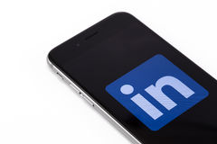 IPhone 6s de Apple con el logotipo LinkedIn en la pantalla LinkedIn - soc Foto de archivo