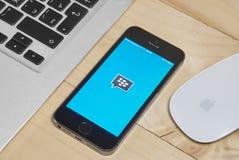 IPhone 5s med den Blackberry budbäraren app för iOS Arkivfoton
