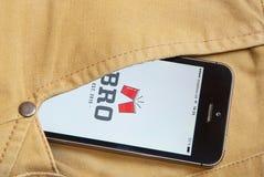 IPhone 5s med den mobila applikationen för BRO på skärmen i orangutang Arkivbilder
