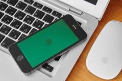 iPhone 5s med den mobila applikationen för Evernote på skärmen Arkivfoto