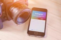 IPhone 5s med den mobila applikationen för Instagram Royaltyfri Foto
