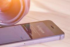 IPhone 5s med den mobila applikationen för Instagram Arkivfoton