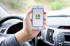 IPhone 5s med Google Maps i handen av chauffören Royaltyfri Bild