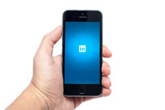 IPhone 5S med LinkedIn app Royaltyfri Bild