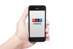 IPhone 5s med npr-nyheterna app Royaltyfri Foto