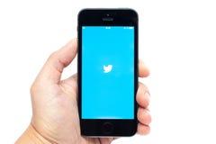 IPhone 5S med Twitter app Royaltyfri Bild