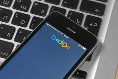IPhone 5s met het dateren van de dienst Badoo op het scherm Stock Afbeelding