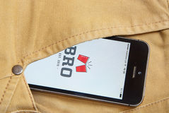 IPhone 5s met mobiele toepassing voor BRO op het scherm in orang-oetan Stock Afbeeldingen