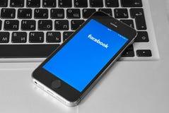 IPhone 5s met mobiele toepassing voor Facebook Stock Afbeelding