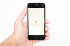 IPhone 5s mit Yahoo News Digest-APP Lizenzfreie Stockfotos