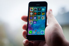 IPhone 5S nella mano Fotografia Stock Libera da Diritti