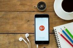 Iphone6s open google+ toepassing Royalty-vrije Stock Foto's