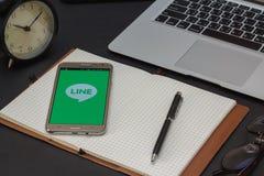 IPhone 6s otwierający WYKŁADAĆ Massager zastosowanie KRESKOWY Massager jest komunikacją app który pozwoli ciebie robić bezpłatnym Obraz Stock