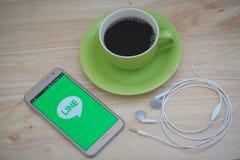 IPhone 6s otwierający WYKŁADAĆ Massager zastosowanie KRESKOWY Massager jest komunikacją app który pozwoli ciebie robić bezpłatnym Zdjęcie Royalty Free