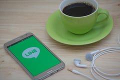 IPhone 6s otwierający WYKŁADAĆ Messager zastosowanie KRESKOWY Massager jest komunikacją app który pozwoli ciebie robić bezpłatnym Zdjęcie Stock