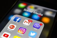 iphone 6s plus met pictogrammen van sociale media op het scherm De levensstijlsmartphone van Smartphone Beginnende sociale media  Royalty-vrije Stock Afbeeldingen