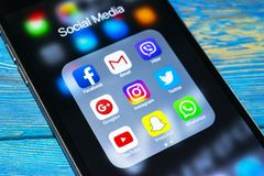 iphone 6s Plus mit Ikonen des Social Media auf Schirm Smartphone-Lebensstil Smartphone Beginnen von Social Media-APP Lizenzfreies Stockfoto