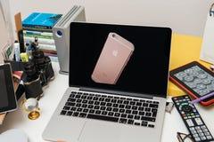 IPhone 6s Plus w złotej menchii róży Obrazy Stock