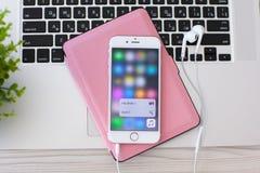 IPhone 6S Rose Gold avec la musique d'Apple de contact de la fonction 3D Photographie stock libre de droits
