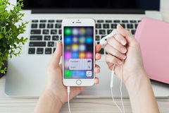 IPhone6S Rose Gold con musica di tocco e di Apple di funzione 3D Immagine Stock Libera da Diritti