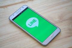IPhone 6s som öppnas för ATT FODRA den Messager applikationen LINJEN Massager är en kommunikation app som låter dig göra fritt st Fotografering för Bildbyråer