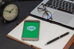 IPhone 6s som öppnas för ATT FODRA Massagerapplikation LINJEN Massager är en kommunikation app som låter dig göra fritt stämmaapp Fotografering för Bildbyråer
