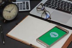 IPhone 6s som öppnas för ATT FODRA Massagerapplikation LINJEN Massager är en kommunikation app som låter dig göra fritt stämmaapp Royaltyfri Fotografi